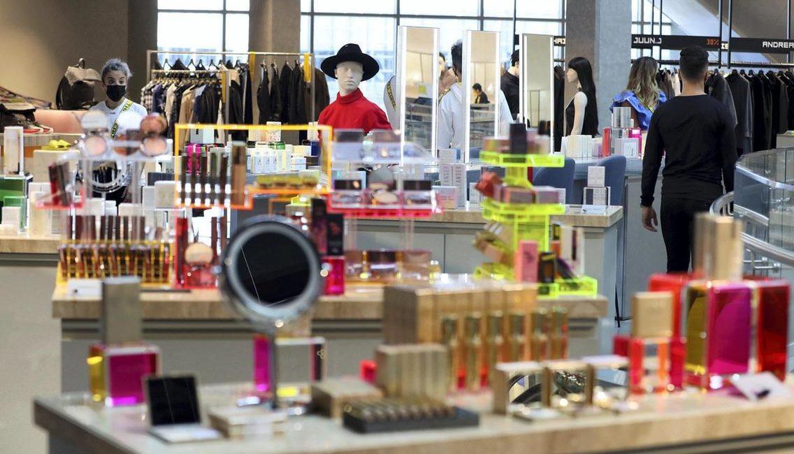 Futuristic Mall of the Emirates Store Incorporates Smart Mirror